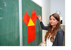 Lehrerin steht an einer Tafel. (Foto: Martin Rehm)