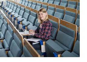 Studentin sitzt in einem Hörsaal. (Foto: Friso Gentsch)