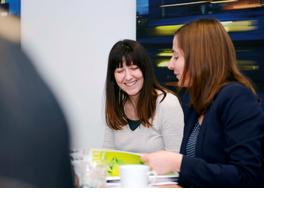 Zwei junge Frauen diskutieren über eine Schülerzeitung. (Foto: Martin Rehm)