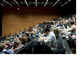 Studenten in einem Hörsaal. (Foto: Alex Becker)