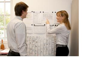 Ein Mann und eine Frau in einer Besprechung vor einer Flipchart. (Foto: Alex Becker)