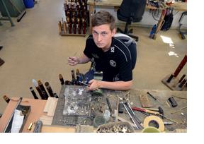 Junger Mann arbeitet mit Holz. (Foto: Nadine Zwingel)