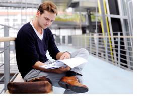Student blättert in seinen Unterlagen. (Foto: Julien Fertl)