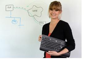 Junge Frau steht mit einer Tastatur in Händen vor einem Whiteboard. (Foto: Christof Stache)