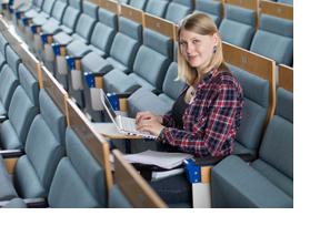 Studierende sitzt in einem Hörsaal. (Foto: Friso Gentsch)