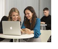 Zwei Studierende vor einem Laptop