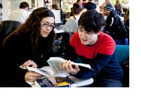 Zwei Studieninteressierte sitzen gemeinsam in der Cafeteria einer Bibliothek. (Foto: Sonja Trabandt)