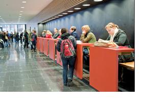 Studierende im Foyer einer Hochschule. (Foto: Michael Neuner)