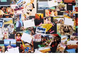 Viele Postkarten an einer Wand. (Foto: Julien Fertl)