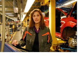 Eine Mechatronikerin in der Autoherstellung. (Foto: Axel Unbehend)