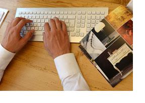 EIn Mann tippt auf einer Tastatur. (Foto: Christof Stache)