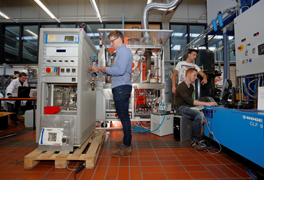 Studenten bei der Unterrichtsarbeit an einer Brennstoffzelle. (Foto: Thorsten Ulonska)