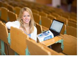 Studierende sitzt mit ihrem Laptop im Vorlesungssaal. (Foto: Andreas Tamme)