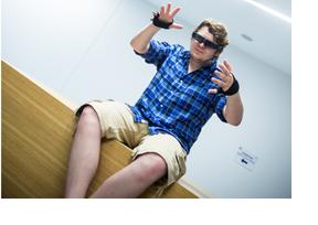 Ein junger Mann nutzt Sensorhandschuhe und 3D-Brille. (Foto: Jörg Moritz)