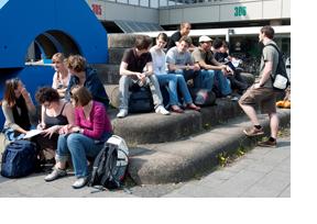 Studierende vor der Uni Heidelberg. (Foto: Alex Becker)