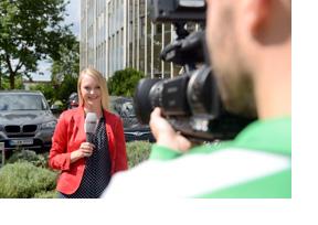 Eine Journalistin vor einer Kamera. (Foto: Martin Rehm)
