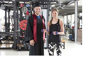 Zwei Studierende in einem Fitnessstudio