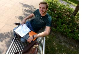 Ein Student sitzt auf einer Parkbank. (Foto: Anahi Weber)