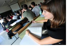 Eine Studentin sitzt in einem Vorlesungssaal. (Foto: Nancy Heusel)