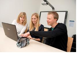 Drei Jugendliche sitzen vor einem Laptop. (Foto: Hans-Martin Issler)