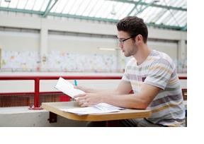 Ein Student sitzt bein Lermen. (Foto: Thorsten Ulonska)