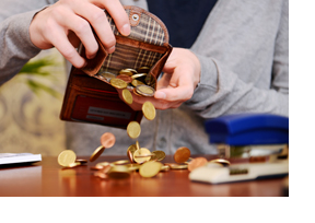 Ein Mann kippt seinen Geldbeutel aus. (Foto: Julien Fertl)