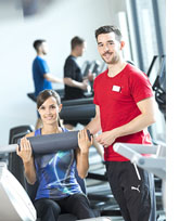 Zwei Studierende in einem Fitnessstudio.