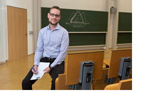 Ein Mitarbeiter einer Uni sitzt in einem Vorlesungssaal. (Foto: Axel Jusseit)