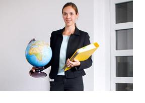 EIne Frau hat einen Globus in der einen, einen Ordner in der anderen Hand. (Foto: Jens Oellermann)