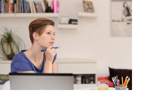 Eine junge Frau grübelt vor ihrem Laptop. (Foto: Nicole Schwab)