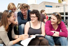Fünf Studentinnen sitzen zusammen. (Foto: Alex Becker)