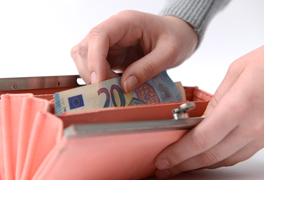 Aus einem Geldbeutel wird ein 20 Euro-Schein geholt. (Foto: Julien Fertl)
