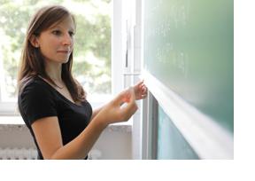 Eine Studentin steht vor einer Tafel. (Foto: Thorsten Mischke)