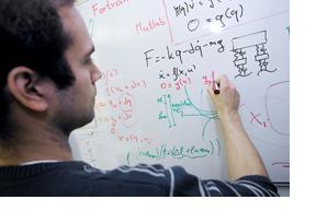 Ein Student schreibt mathematische Berechnungen auf ein White Board. (Foto: Alex Becker)