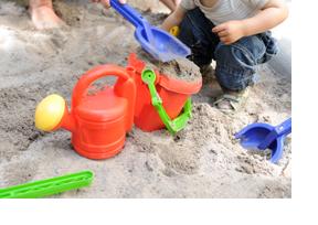 Ein kleiner Junge spielt in einem Sandkasten. (Foto: Frank Pieth)