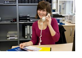 Eine junge Frau telefoniert in einem Büro. (Foto: Sonja Trabandt)