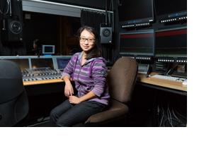 Eine junge Frau sitzt in einem Tonstudio. (Foto: Karsten Socher)
