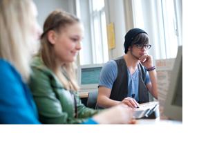 Drei Schüler sitzen vor Bildschirmen. (Foto: Martina Striegl)