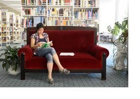 Eine Studentin sitzt auf einer Couch und lernt. (Foto: Martin Rehm)