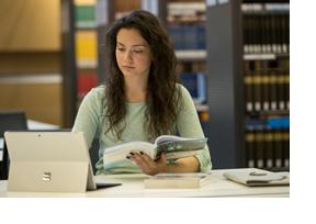 Eine Studentin sitzt in der Bibliothek. (Foto: Daniel Karmann)