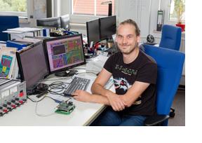Ein IT-Manager sitzt vor seinem Rechner. (Foto: Karsten Socher)