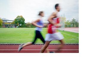 Zwei junge Menschen joggen. (Foto: Julien Fertl)