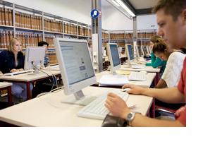 Studierende in einer Bibliothek. (Foto: Alex Becker)