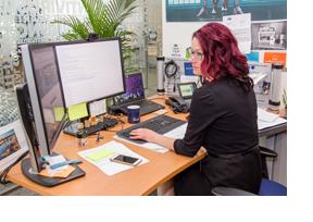 Eine Frau sitzt an einem Rechner mit zweu Monitoren. (Foto: Helge Gerischer)