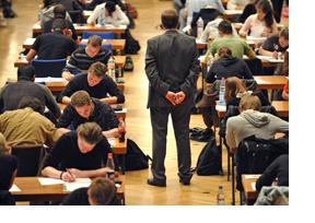 Junge Menschen im Prüfungssaal. (Foto: Hans-Martin Issler)