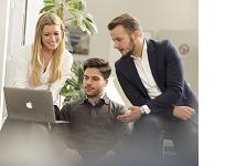 Vier Studierende vor einem Computer