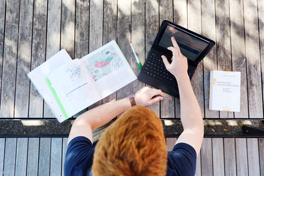 Ein Studierender arbeitet an einem Laptop. (Foto: Julien Fertl)