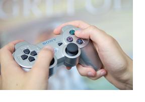 Zwei Hände halten ein Gamepad. (Foto: Sonja Brüggemann)