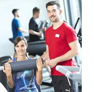 Zwei Studierende im Fitnessstudio.