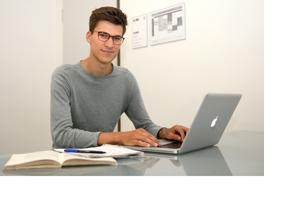 Ein junger Mann sitzt an einem Laptop. (Foto: Nicole Schwab)